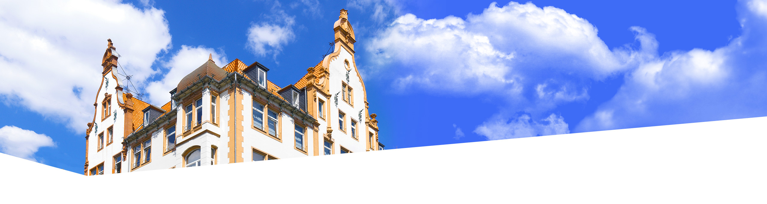 Außenansicht des Gebäudes der Dr. Buhmann Schule und Akademie, von unten in den Himmel aufgenommen