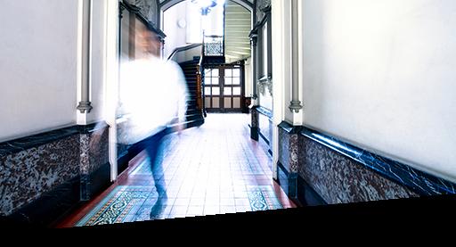 Eine Person geht durch ein Treppenhaus der Dr. Buhmann Schule & Akademie in Hannover