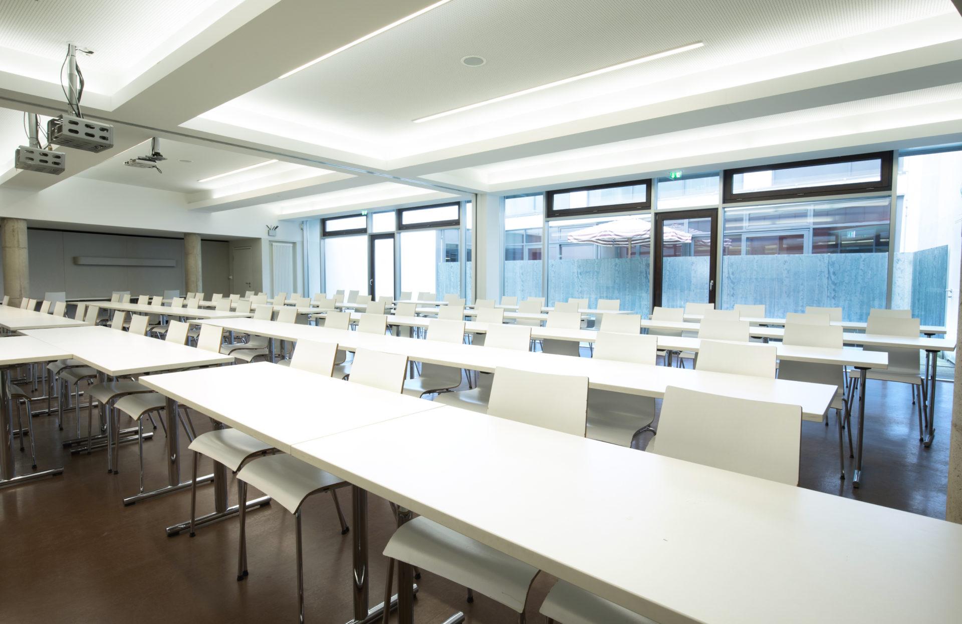 Seminarraum der Dr. Buhmann Schule und Akademie von der Tafel aus betrachtet mit fünf Tischreihen