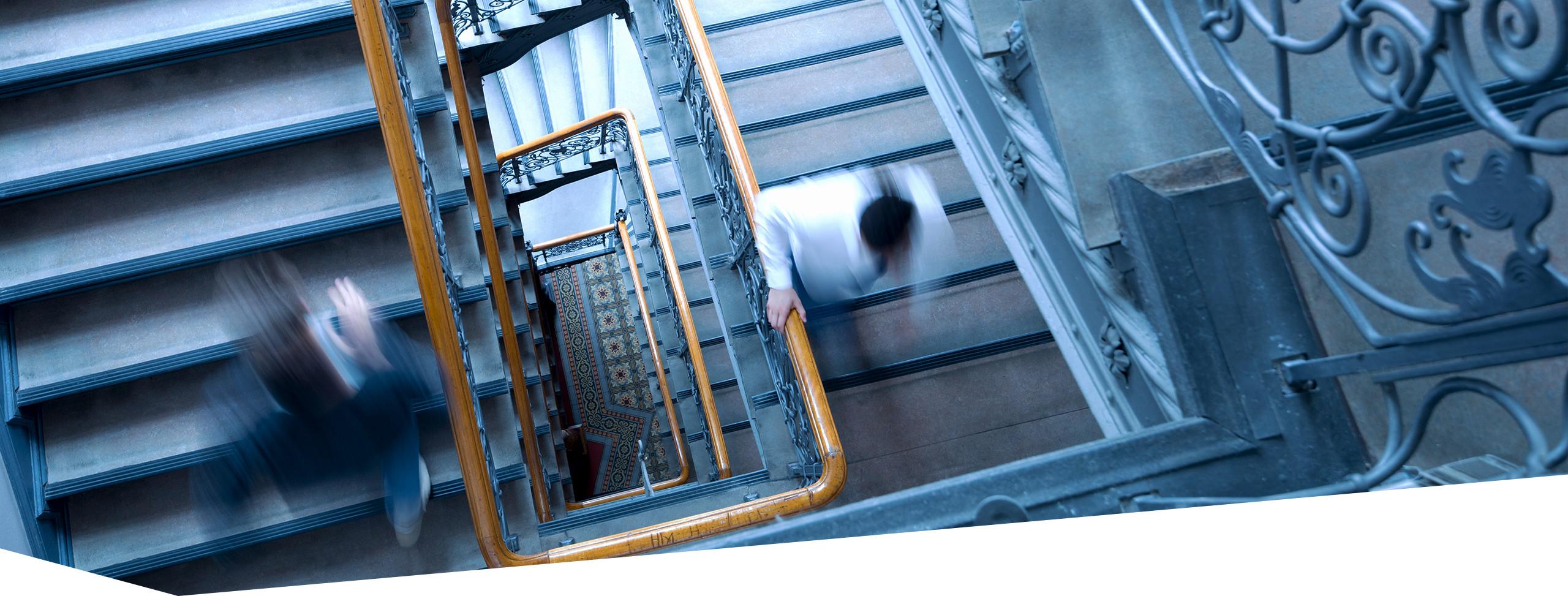 Ein Schüler läuft durch das Treppenhaus der Dr. Buhmann Schule und Akademie, Aufnahme vom obersten zum untersten Stockwerk