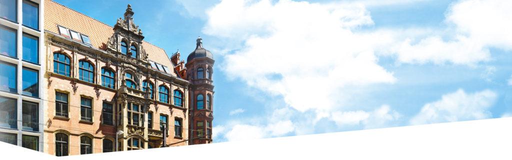 Ansicht der Dr. Buhmann Schule und Akademie von Außen mit Himmelfläche im rechten Bildbereich