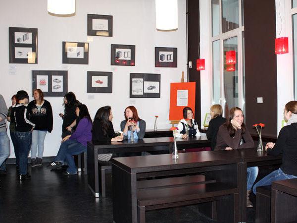 mehrere Personen in der Cafeteria der Dr. Buhmann Schule & Akademie in Hannover, Prinzenstrasse