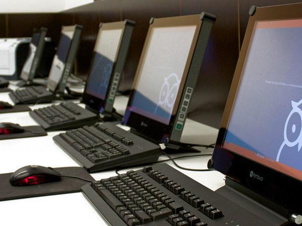 mehrere Computer-Arbeitsplätzen in der Dr. Buhmann Schule & Akademie in Hannover