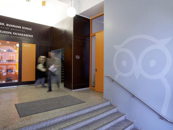 Treppenaufgang im Eingangsbereich der Dr. Buhmann Schule & Akademie in Hannover