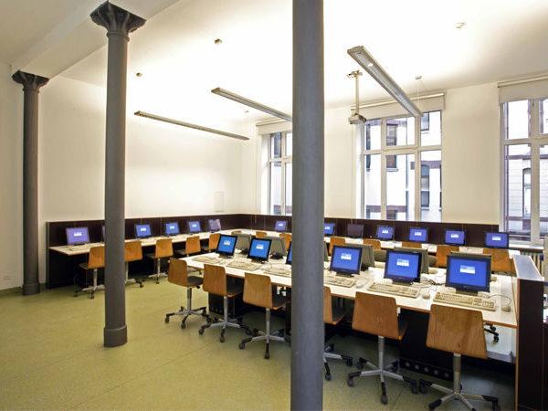 Blick in einen Raum mit ungefähr zwanzig Computer-Arbeitsplätzen im Schulhaus der Dr. Buhmann Schule & Akademie in Hannover