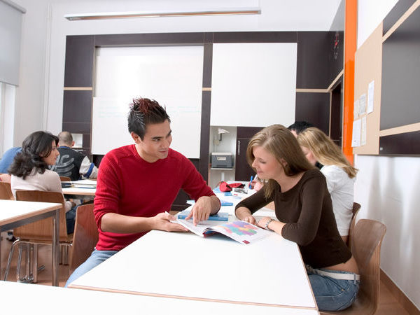 gemeinsames Lernen von Schülern in einem Klassenraum der Dr. Buhmann Schule & Akademie in Hannover