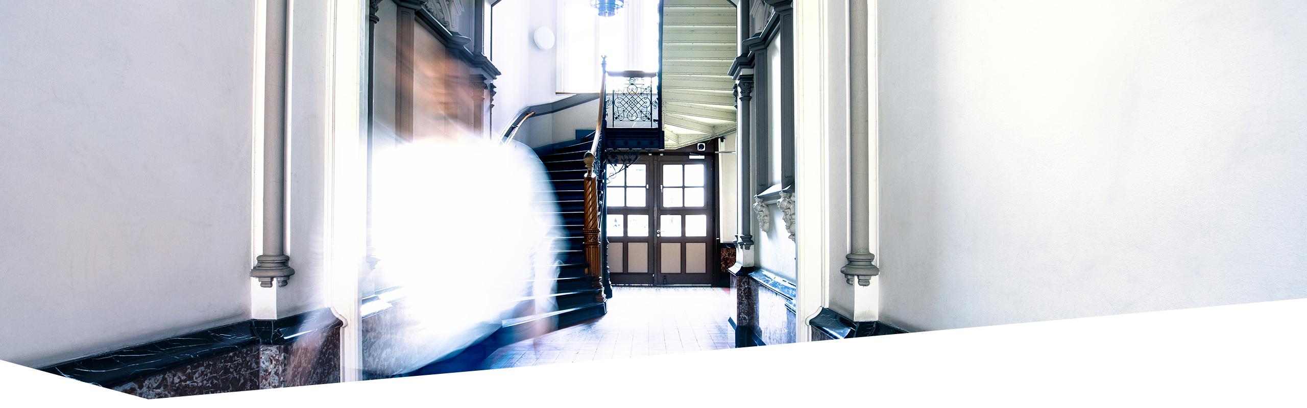 Schüler im Treppenhaus der Dr. Buhmann Schule und Akademie unterwegs