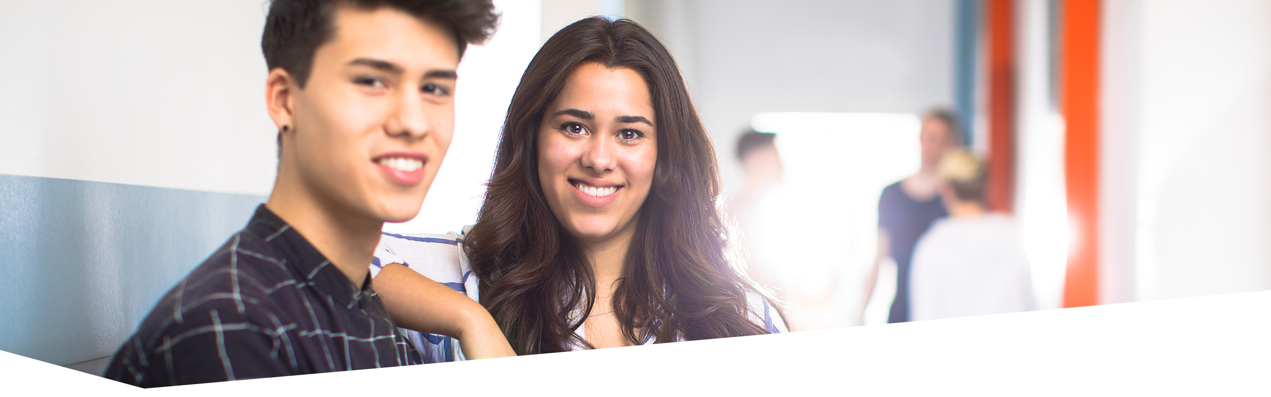 Gesicht von jungem Mann und junger Frau, die Betrachter anlächeln, in der Ausbildung zum Kaufmännischen Assistenten