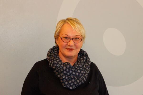 Porträtaufnahme von Regina Feise, Sachbearbeiterin im Schulsekretariat