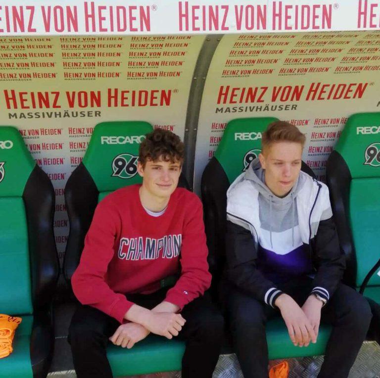 Moritz Podoll, Gewinner des 96-Schnupperstudium, und sein Freund Christopher Füllgraf auf der Spielerbank von Hannover 96