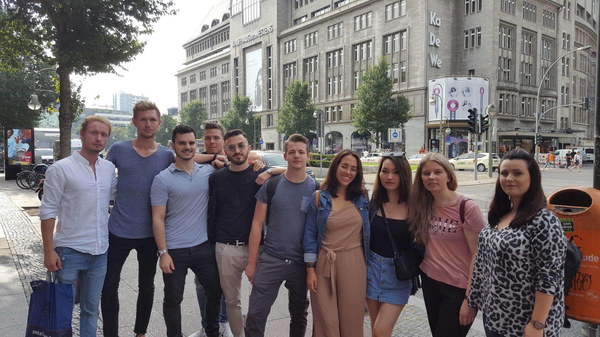 Studierende der Vertiefungsrichtung Int. Management und Int. Marketing im Rahmen ihrer Exkursion ins KwDeWe Berlin