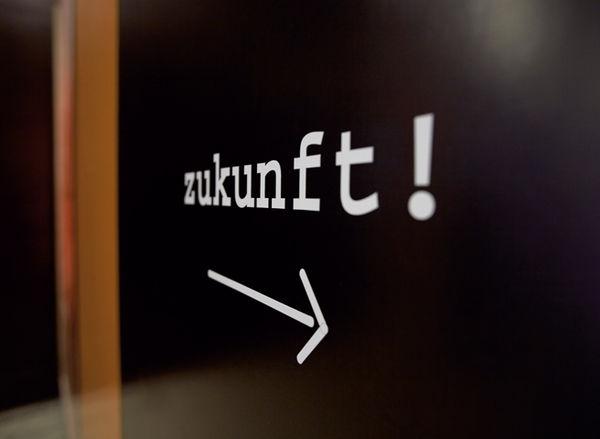 Nahaufnahme des Wortes Zukunft, aufgebracht an einer Wand in Dr. Buhmann Schule & Akademie in Hannover.